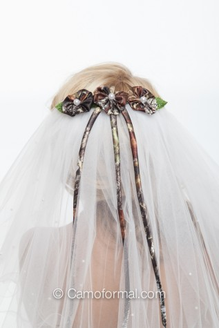 Scattered Pearls Veil with Lettuce Edged Trim and 3 Daises
